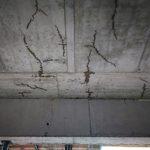 priesak vody, trhliny v strope