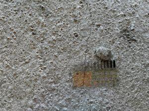 trhlina v betóne, poškodený povrch betónu, plastické zmrašťovanie, nadmerné kropenie, skoré kropenie